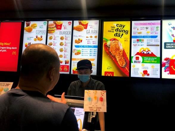 Một thực khách chọn món tại nhà hàng của McDonald's.