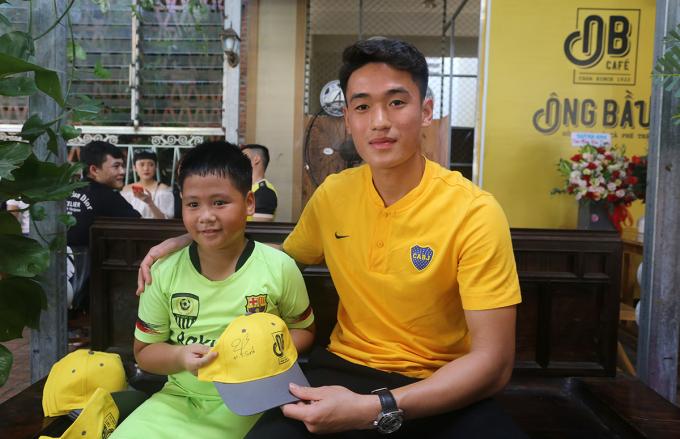 Tấn Sinh ký tặng anh một cậu bé hâm mộ mình trong ngày khai trương quán cà phê Ông Bầu tại Quảng Nam. Ảnh: Sơn Thủy.
