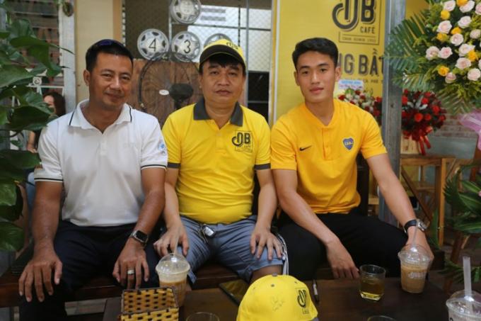 Cựu HLV đội tuyển quần vợt Việt Nam Trương Quang Vũ (trái) và cầu thủ Huỳnh Tấn Sinh (phải) đến chúc mừng ông Vũ Đức Đông (giữa) khai trương quán Ông Bầu. Ảnh: Sơn Thủy
