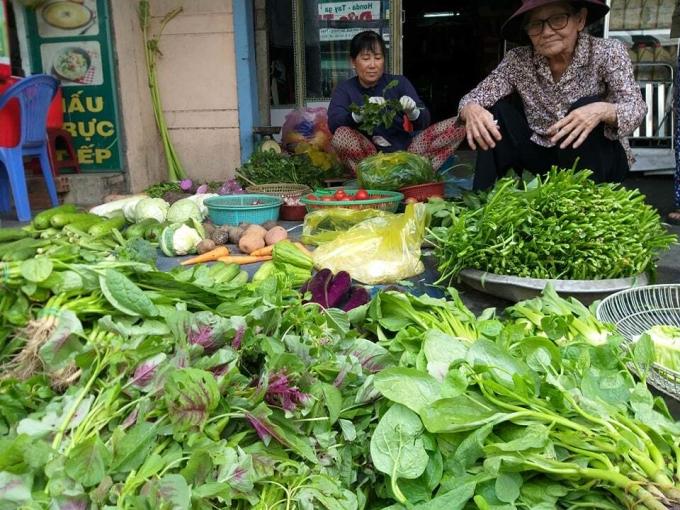 Một quầy bán rau xanh tại Xóm Mới (Gò Vấp, TP HCM) sáng 24/6. Ảnh: Hồng Châu.