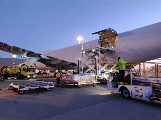 Hàng hóa bán qua phương thức thương mại điện tử xuyên biên giới trên nền tảng Amazon được vận chuyển lên một máy bay. Ảnh: AGS