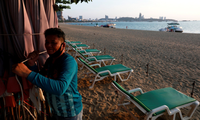 Bãi biển tại khu du lịch Pattaya vắng khách. Ảnh: Reuters