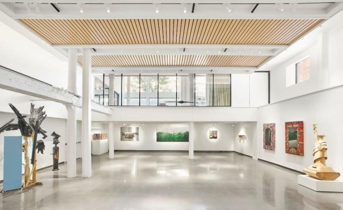 Năm 2006, một phòng trưng bày nghệ thuật được thành lập tại Chicago (Mỹ) bởi nhà bảo tồn Laura Lee Brown và nhà sưu tập nghệ thuật đương đại Steve Wilson. Địa điểm này vào năm 2018 đã trở thành một khách sạn thuộc hệ thống MGallery mang tên 21c Museum Hotel, cung cấp 91 phòng khách sạn 5 sao và nhà hàng sang trọng với các tác phẩm nghệ thuật đương đại vẫn được giữ lại và các không gian triển lãm vẫn được tiếp nối để tạo nên không gian độc đáo cho du khách lưu trú.