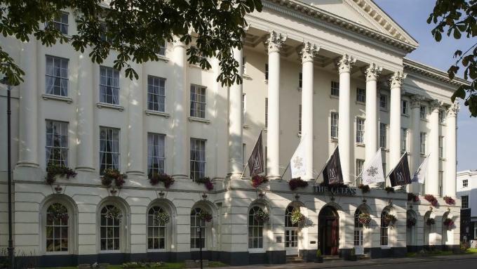 Queen Hotels Cheltenham (Anh) - địa điểm mang đậm đặc trưng của MGallery. 84 phòng nghỉ theo phong cách cổ điển của khách sạn này được đặt trong một tòa nhà di sản, xây dựng từ năm 1818 mang dấu ấn của Thời kỳ Khai sáng và Cách mạng Khoa học ở xứ sở sương mù.