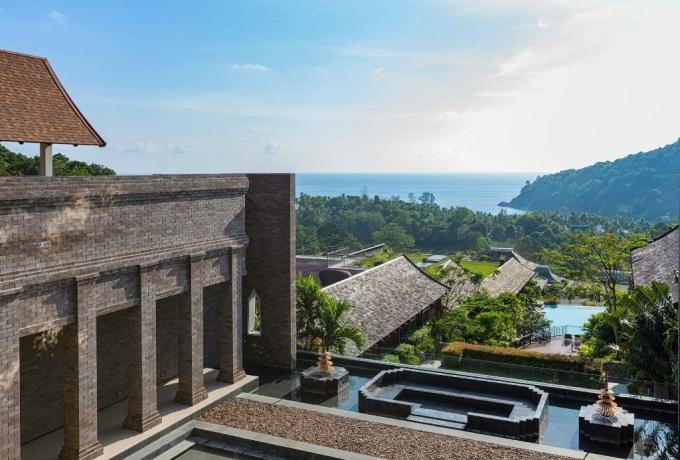 Resort 5 sao Avista Hideaway Phuket thuộc hệ thống MGallery cũng đáp ứng không gian nghỉ dưỡng yên bình giữa bãi biển Patong. Kiến trúc của công trình này tạo dựng lại một ngôi làng truyền thống của Thái Lan với các ngôi nhà bố trí theo dạng giật cấp, nương theo dốc của con đồi. Cũng nhờ đó mà tất cả các phòng nghỉ tại khách sạn này đều có thể ngắm bình minh hoặc hoàng hôn.