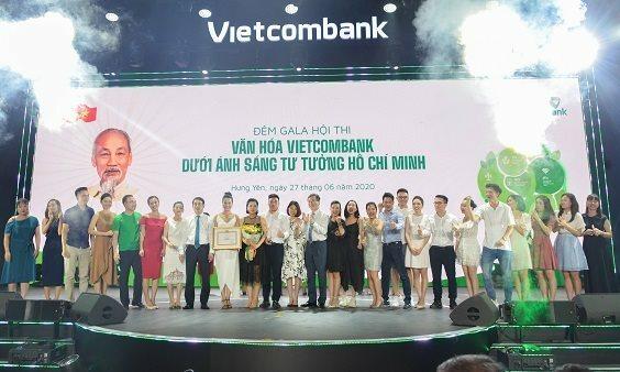 Ông Nghiêm Xuân Thành - Ủy viên BTV Đảng ủy Khối doanh nghiệp Trung ương, Bí thư Đảng ủy, Chủ tịch HĐQT Vietcombank (thứ 8 từ trái qua) và ông Bùi Trường Giang - Phó Trưởng Ban Tuyên giáo Trung ương (thứ 13 từ trái qua) trao giải cho đội đạt giải Nhất.
