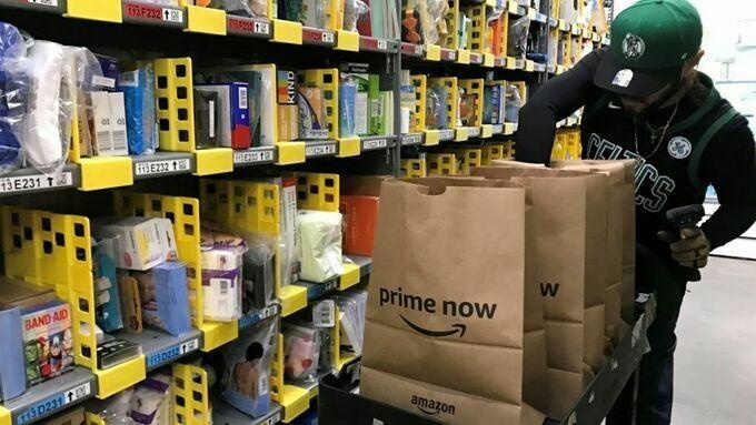 Nhân viên trong một kho hàng của Amazon tại San Francisco (Mỹ). Ảnh:Reuters