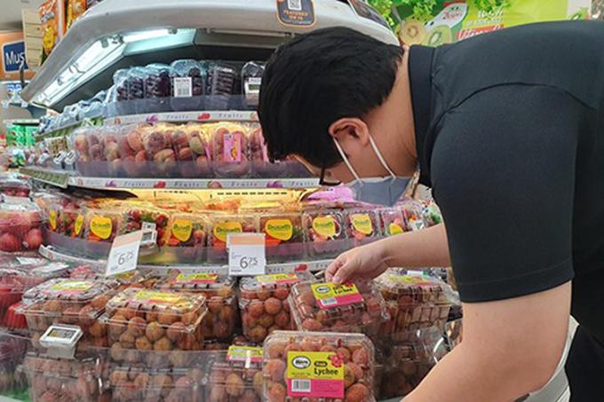 Người Singapore chọn mua vải Việt Nam tại siêu thị. Ảnh: TTXVN