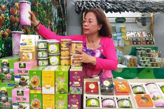 Bà Lài trực tiếp đứng bán hàng và giới thiệu sản phẩm cho khách. Ảnh: Hồng Châu.