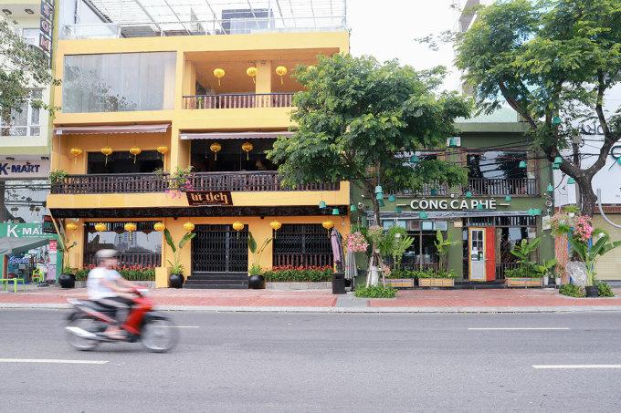 Các cửa hàng kinh doanh dịch vụ phải đóng cửa trong thời gian giãn cách xã hội. Ảnh: Nguyễn Đông.