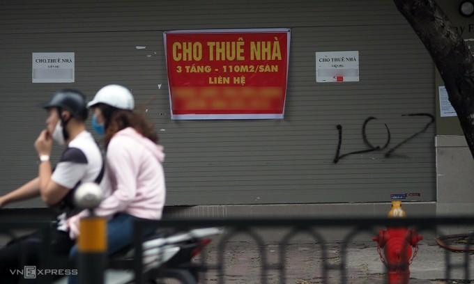 Một chủ nhà tại Hà Nội treo biển cho thuê do khách hàng trả mặt bằng sau giai đoạn giãn cách xã hội. Ảnh: Anh Tú.