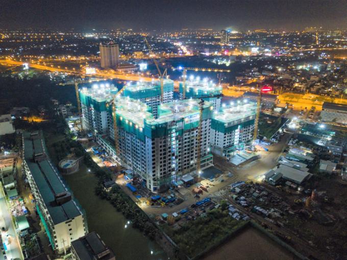 Thành phố Ánh sáng Akari City bên cạnh đại lộ Võ Văn Kiệt sắp cất nóc vào quý III/2020.