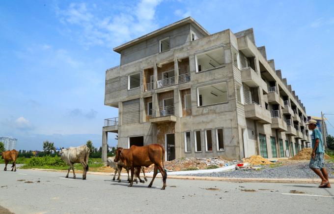 Nhà xây thô bỏ hoang ở Bình Dương. Ảnh: Quỳnh Trần