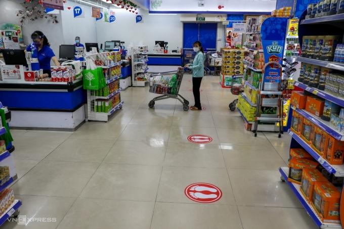 Người dân TP HCM xếp hàng tính tiền tại siêu thị Co.opmart cuối tháng 3/2020. Ảnh: Quỳnh Trần.