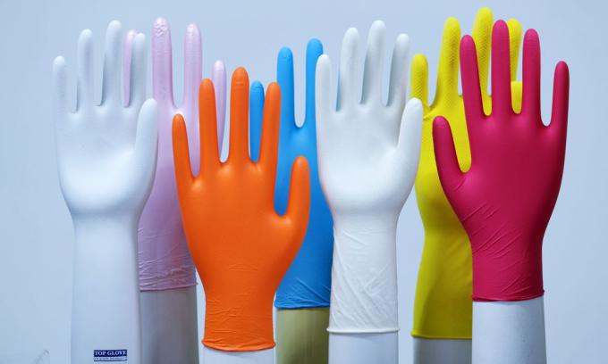 Găng tay cao su được trưng bày tại trụ sở của Top Glove. Ảnh: Bloomberg.