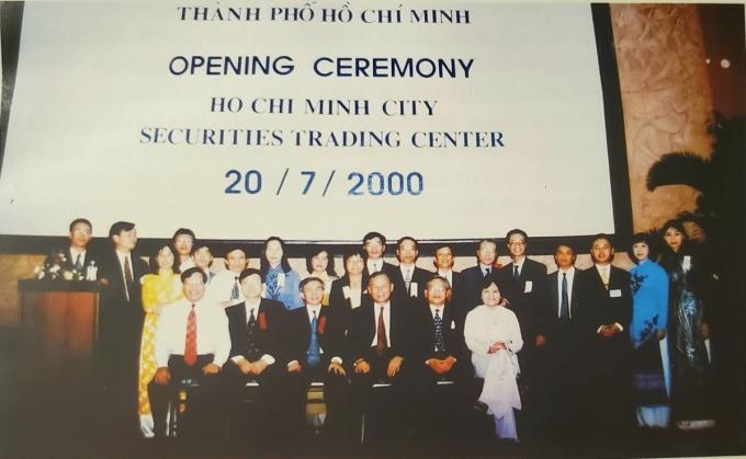 Những người đặt nền móng đầu tiên cho thị trường chứng khoán tại ngày khai trương Sở giao dịch chứng khoán TP HCM 20 năm trước. Ảnh: Tư liệu UBCK Nhà nước.