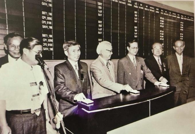 Lãnh đạo Ủy ban chứng khoán và Chính phủ ấn nút khai trương Sở HoSE ngày 20/7/2000. Ảnh: Tư liệu Ủy ban chứng khoán Nhà nước.