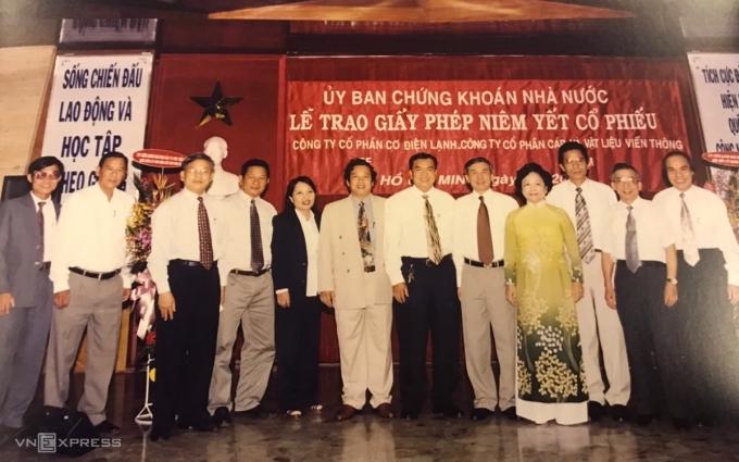 Ông Đỗ Văn Trắc (thứ 6 từ trái sang) trong lễ trao giấy niêm yết cổ phiếu cách đây 20 năm. Ảnh: Nhân vật cung cấp.