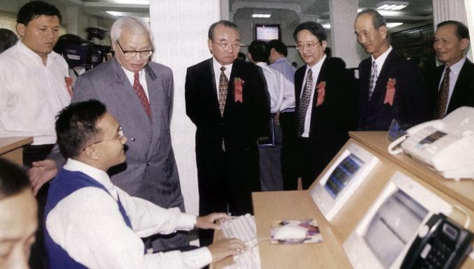 Cố Thủ tướng Võ Văn Kiệt và bạn bè quốc tế thăm trung tâm Giao dịch chứng khoán TP HCM ngày đầu khai trương (ngày 20/7/2000). Ảnh tư liệu.