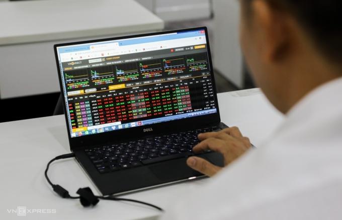 Nhà đầu tư theo dõi bảng giá chứng khoán. Ảnh: Quỳnh Trần.