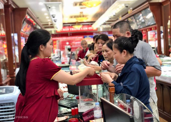 Khách xếp hàng để giao dịch tại cửa hàng vàng trên đường Trần Nhân Tông. Ảnh: Quỳnh Trang.