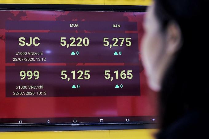 Khách theo dõi bảng giá vàng khi mỗi lượng vọt lên 52,75 triệu đồng sáng 22/7. Ảnh: Quỳnh Trần.