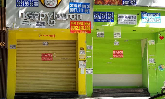 Nhà phố mặt tiền đang rao bán hoặc cho thuê trên đường Ngô Đức Kế, đoạn gần phố đi bộ Nguyễn Huệ, quận 1, TP HCM ngày 22/7. Ảnh: Trung Tín