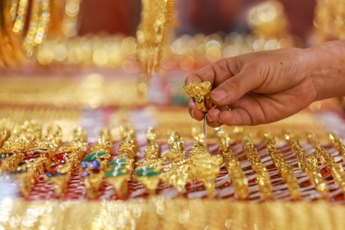 Người dân chọn mua vàng tại một cửa hàng ở quận Bình Thạnh, TP HCM. Ảnh: Quỳnh Trần.