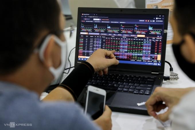 Nhà đầu tư giao dịch trực tuyến tại một công ty chứng khoán ngày 27/4/2020. Ảnh: Quỳnh Trần.