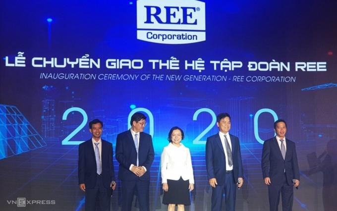 Bà Thanh cùng thế hệ lãnh đạo mới của REE trong buổi lễ tối 24/7. Ảnh: Phương Đông.