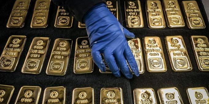 Mua bán vàng miếng. Ảnh: Bloomberg