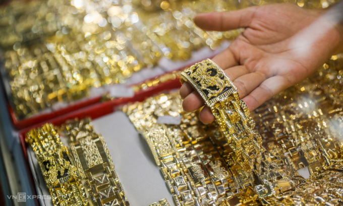 Người dân xem vàng tại một cửa hàng ở Bình Thạnh, TP HCM. Ảnh: Quỳnh Trần.