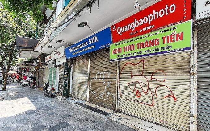 Hàng loạt cửa hàng kinh doanh trên phố Hàng Gai đóng cửa. Ảnh: Phương Ánh.