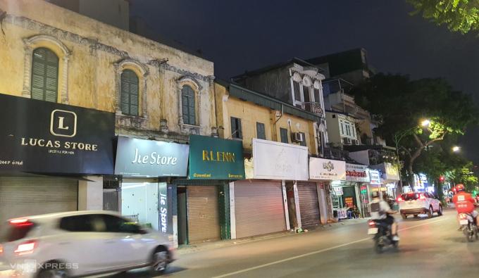5 cửa hàng thời trang sát nhau trên Phố Huế lúc 19h ngày 27/7 cùng đóng cửa. Một cửa hàng thậm chí đã dỡ bảng hiệu kinh doanh. Ảnh: Phương Ánh.