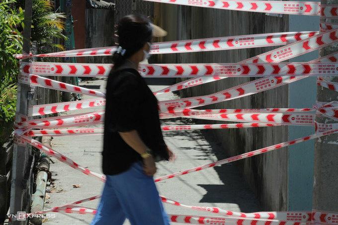 Người dân đi qua khu vực bị phong toả tại Đà Nẵng ngày 28/7. Ảnh: Nguyễn Đông.