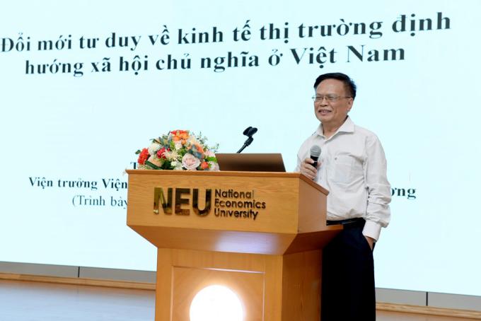 Ông Nguyễn Đình Cung, nguyên Viện trưởng Viện quản lý kinh tế trung ương (CIEM) phát biểu. Ảnh: Đại học kinh tế quốc dân.