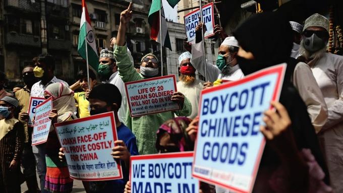 Người Ấn Độ biểu tình tẩy chay hàng Trung Quốc tại Mumbai vào tháng 6/2020. Ảnh: AP