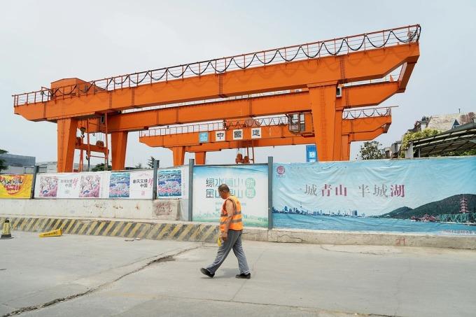 Một ga tàu điện ngầm mới đang được xây dựng ở Từ Châu. Ảnh: NYT