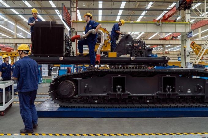 Công nhân làm việc trong một nhà máy của XCMG tại Từ Châu. Ảnh: NYT