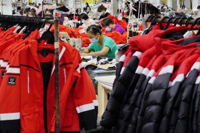Sản xuất may mặc trong một nhà máy ở Trung Quốc. Ảnh: XInhua