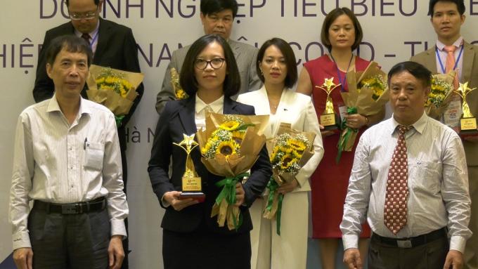 Đại diện Saigontourist Group (hàng đầu, thứ hai từ trái sang) nhận giải thưởng.