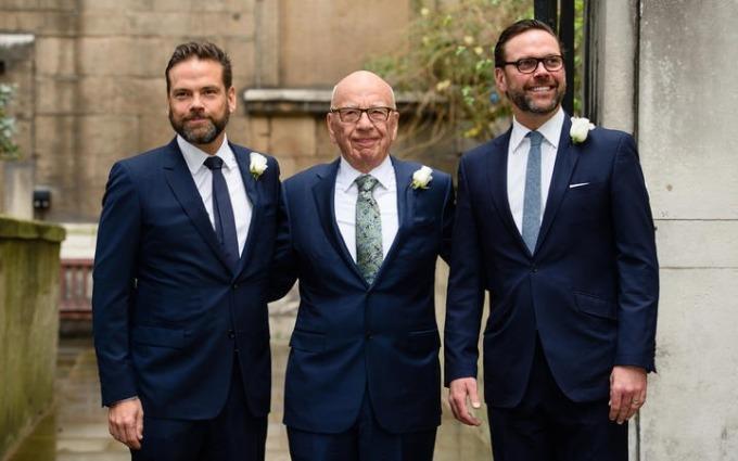 James Murdoch (bên phải) cùng anh trai Lachlan Murdoch (bên trái) và người cha Rupert Murdoch tại một buổi tiệc cưới người vợ thứ tư của ông Rupert Murdoch vào năm 2016. Ảnh: AFP