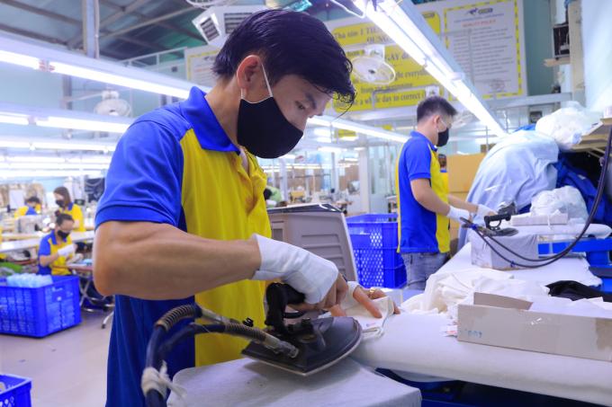 Sản xuất khẩu trang tại một doanh nghiệt dệt may ở TP HCM. Ảnh: Quỳnh Trần