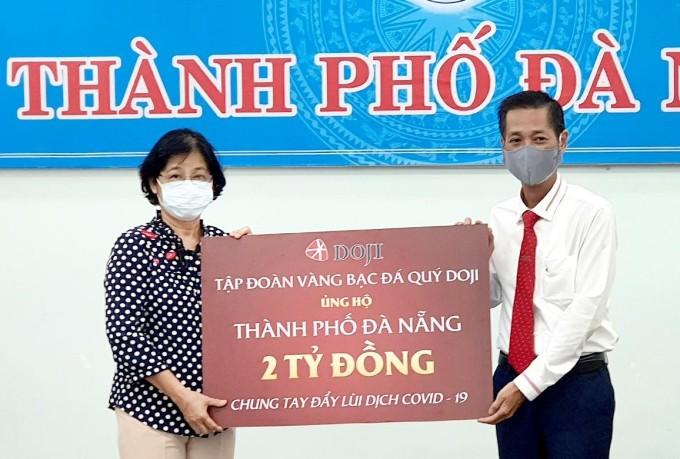 Bà Đặng Thị Kim Liên - Chủ tịch Ủy ban Mặt trận Tổ Quốc Việt Nam Đà Nẵng tiếp nhận ủng hộ của Tập đoàn DOJI.