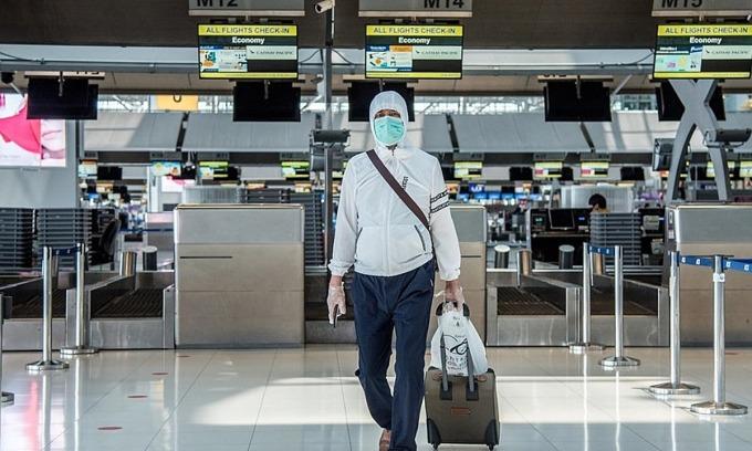 Một hành khách đeo khẩu trang tại Sân bay Suvarnabhumi, Bangkok, Thái Lan. Ảnh: Ploy Phutpheng