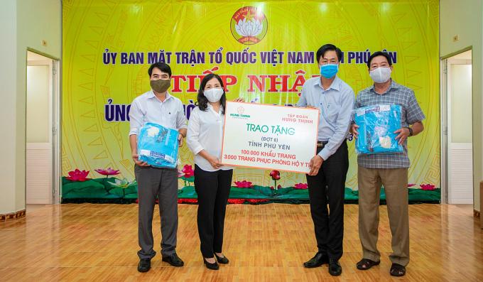 Đại diện Tập đoàn Hưng Thịnh trao tặng các trang thiết bị y tế phòng chống Covid-19 cho tỉnh Phú Yên vào cuối tháng 4 vừa qua.