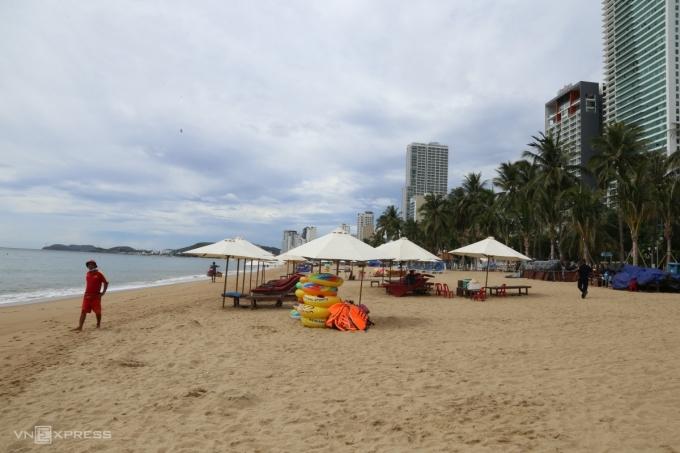 Bãi biển đường Trần Phú, TP Nha Trang, vắng người sáng 2/8. Ảnh: Xuân Ngọc.