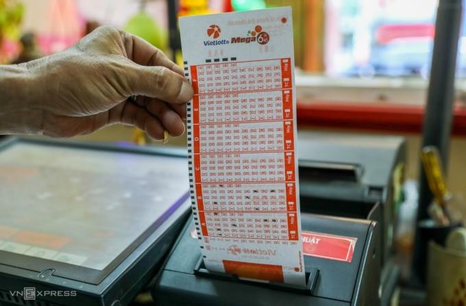 Khách hàng chọn vé Mega 6/45 tại một điểm bán hàng ở TP HCM. Ảnh: Quỳnh Trần.