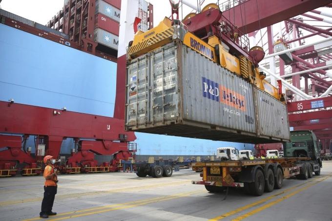 Một càng hàng hóa tại tỉnh Thanh Đảo, Trung Quốc. Ảnh: AP