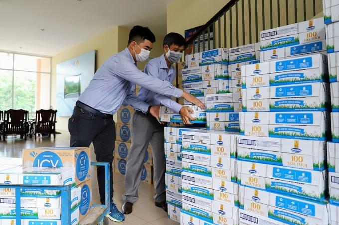Vinamilk trao tặng một tỷ đồng các sản phẩm sữa cho các khu vực cách ly tập trung của Đà Nẵng, Quảng Nam và Quảng Ngãi.